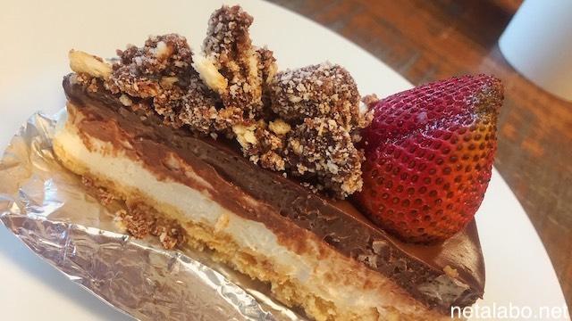 バンコク・ノンボン公園のカフェのチョコレートチーズケーキ