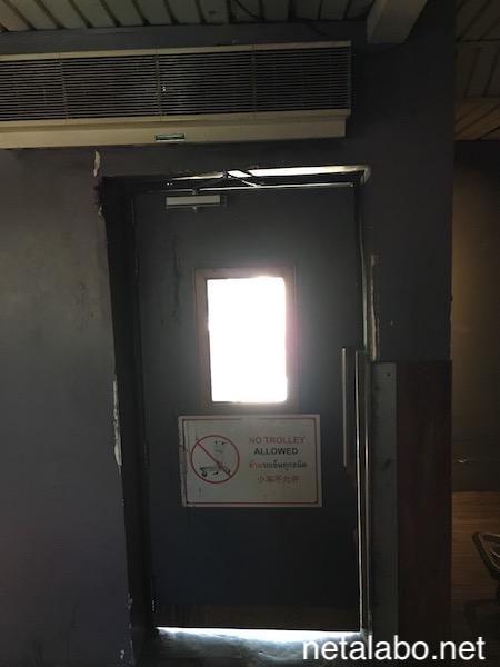 ドンムアン空港の外へ繋がるドア