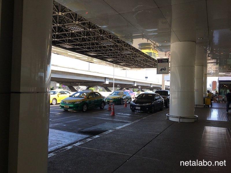 ドンムアン空港出発フロアのタクシー乗り場