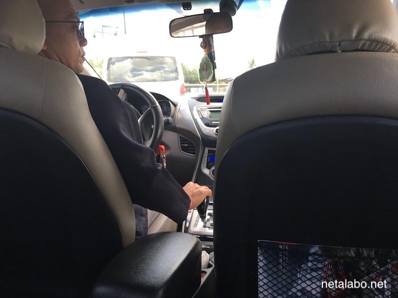 ラオスのタクシー車内